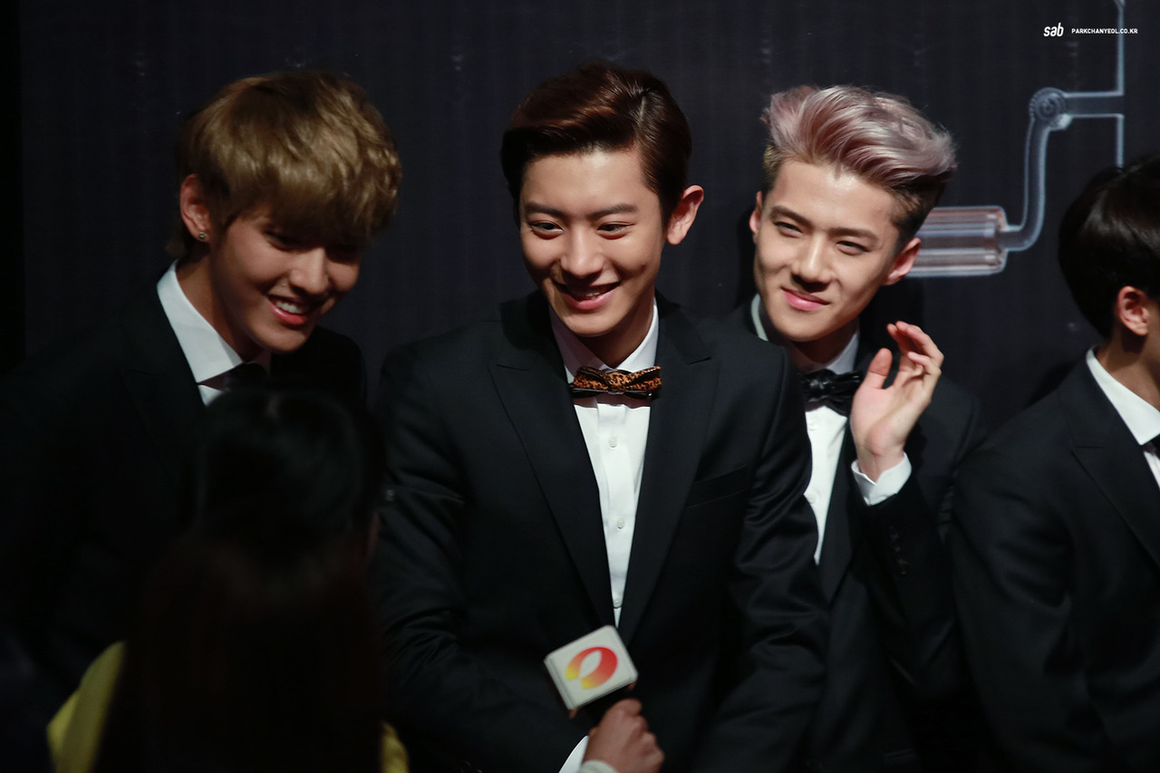 kris chanyeol and sehun smiles brightly at a little girl