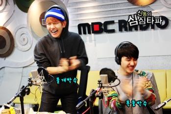 Baekhyun & Chen Laughing and Clapping (2)