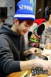Baekhyun passionately making rice balls (2)