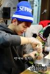 Baekhyun passionately making rice balls