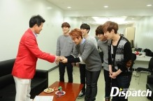 EXO introduces themselves to the interviewer