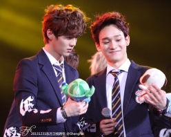 Chen showing his stuff-dog to Luhan