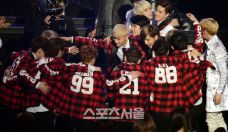 EXO group hug