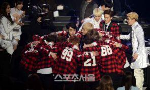 EXO huddles_2