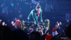 Kris gives gifts to fans