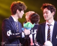 Luhan showing Stitch to Chen