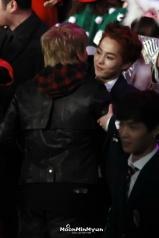 Xiumin hugs Sungmin