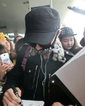 Yixing_signing_for_fans