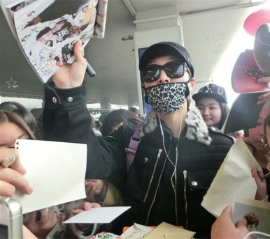 Yixing_signing_for_fans_2