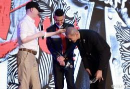 冯小刚 touches Kris's bald head_02